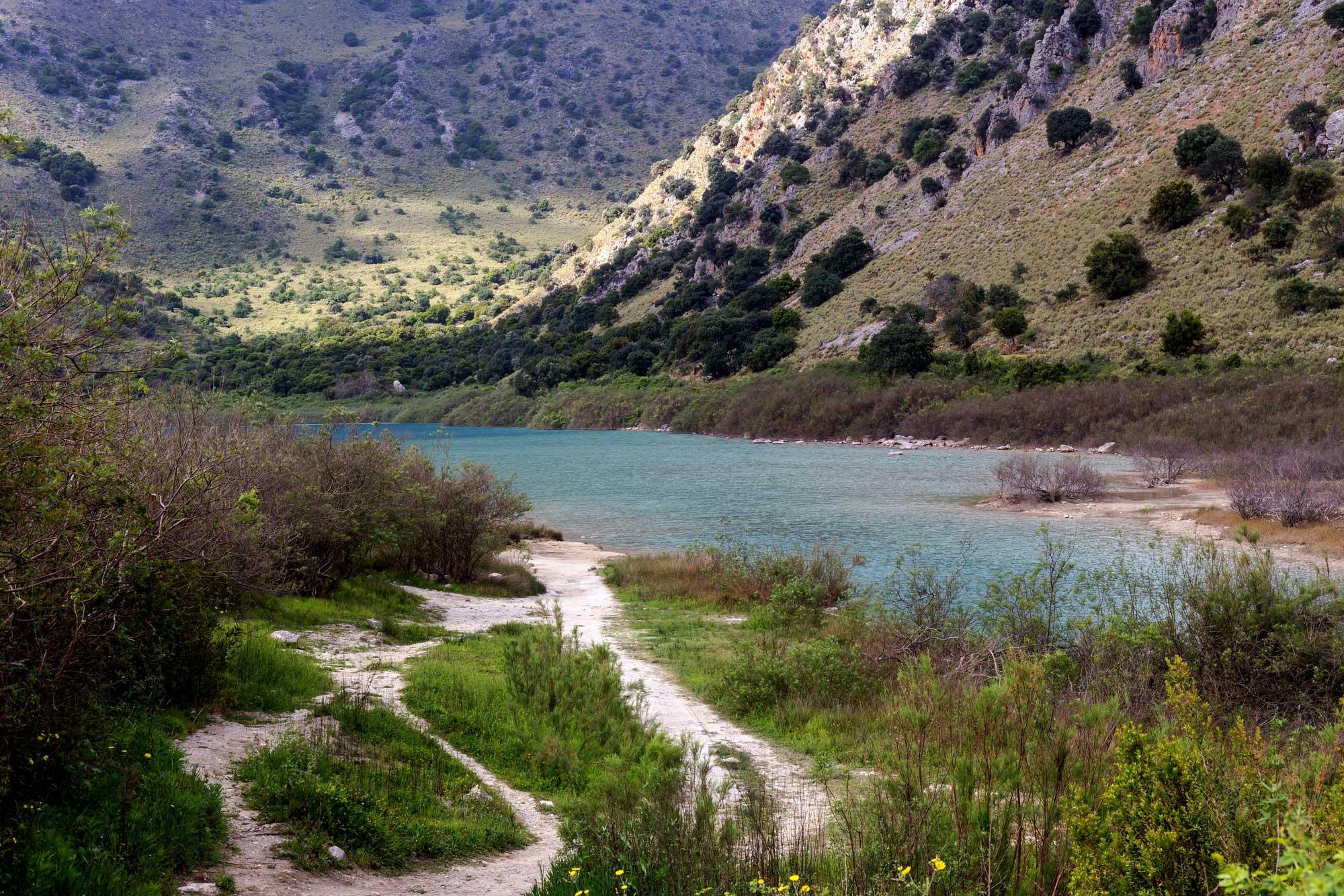 Limni Kourna hiking trails.